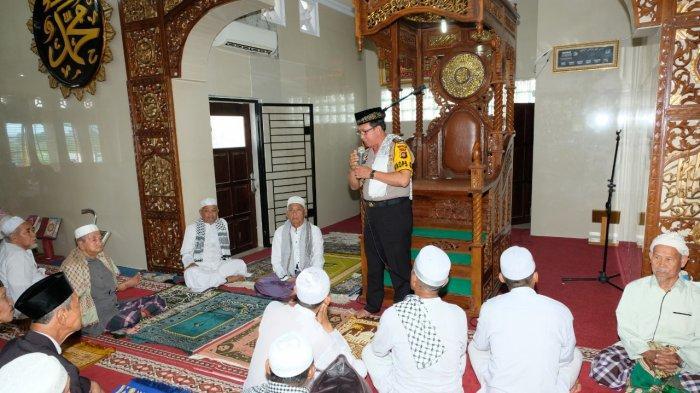 Kapolda Jambi Sholat Jumat Keliling di Masjid Al Ihsaniyah Olak Kemang Ajak Sukseskan Pemilu