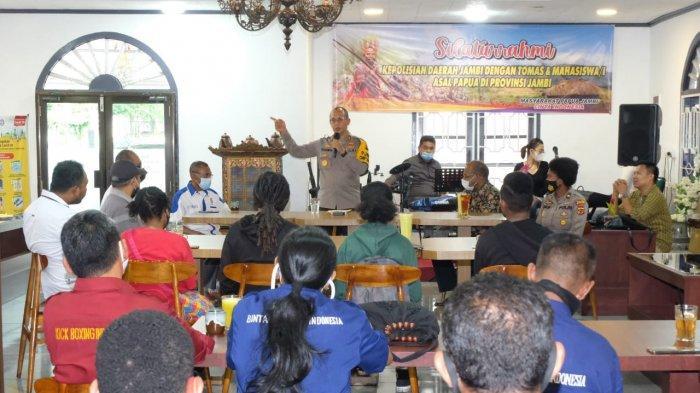 Kapolda Jambi, Irjen Pol A Rachmad Wibowo memberi sambutan saat silaturahmi dengan tomas, tokoh agama (Toga) dan Mahasiswa Papua di Jambi.