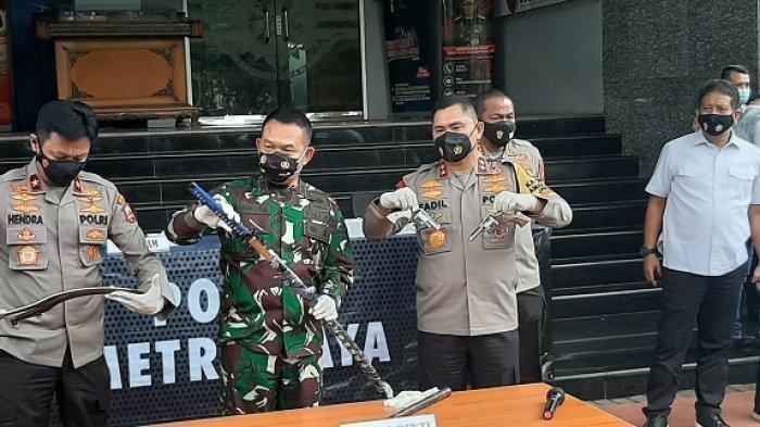 Kapolda Metro Jaya Irjen Fadil Imran, didampingi Pangdam Jaya Mayjen TNI Dudung Abdurachman di Mapolda Metro Jaya, Senin (7/12/2020) siang menjelaskan tentang penembakan terhadap 6 orang anggota kelompok pengikut Rizieq Shihab.