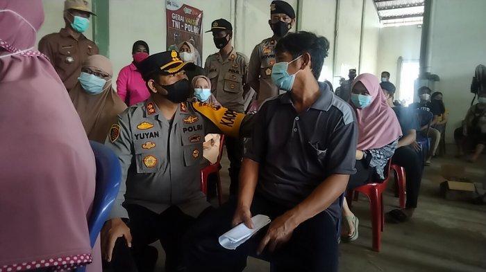 Polres Muarojambi Gelar Vaksinasi Buruh dan Masyarakat Sekitar Gudang di Kumpeh Ulu