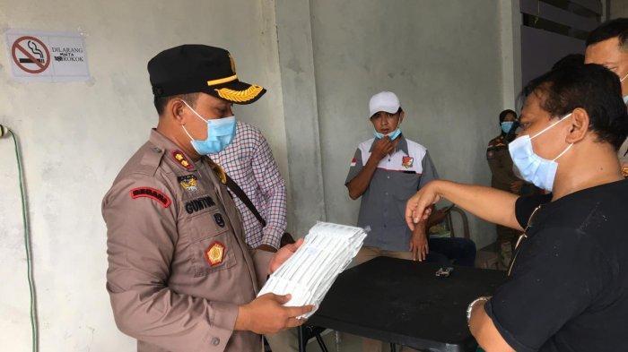 Kapolres Tanjab Barat AKBP Guntur Saputro meninjau  tempat penyimpanan surat suara yang berada di Kantor KPU Tanjab Barat