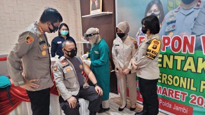 Ratusan Personel Polresta Jambi Disuntik Vaksin Astrazeneca, Alami Gejala Umum Demam dan Menggigil