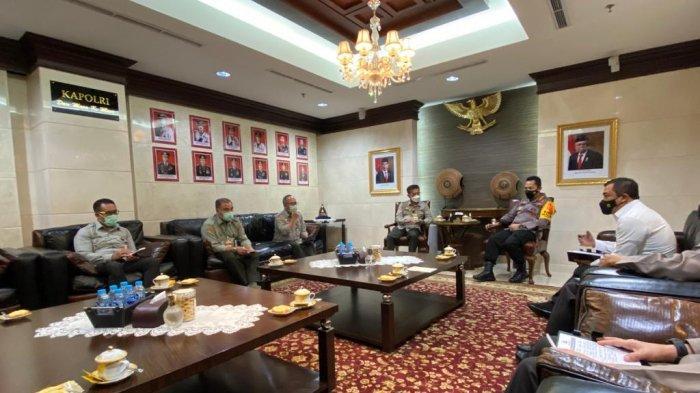 Kapolri Jenderal Listyo Sigit Prabowo menerima audiensi Menteri Pertanian Syahrul Yasin Limpo bersama jajaran di Ruang Rapat Kapolri, Mabes Polri, Jakarta, Senin (17/5).