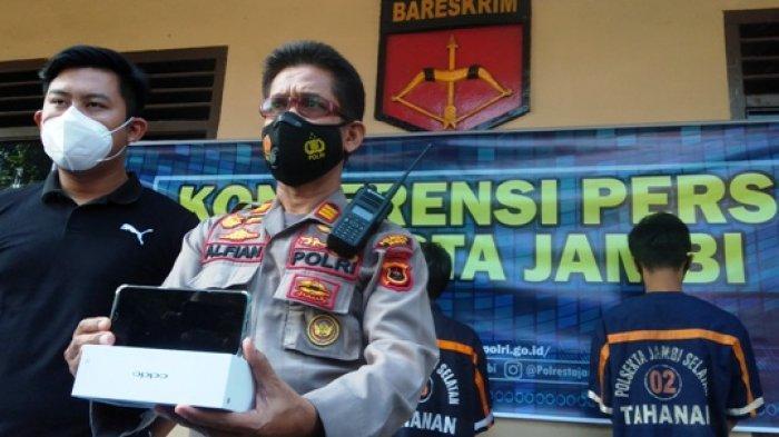Kapolsek Jambi Selatan, AKP M Alfian saat memegang barang bukti pelaku spesialis jambret handphone di Kota Jambi.