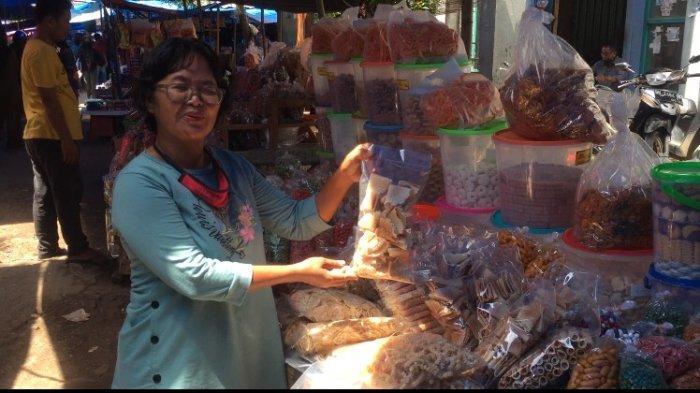 Kasmawati Dari Kota Jambi Jual Kue Kering di Pasar Kramat Tinggi Muara Bulian, Omset Turun Drastis