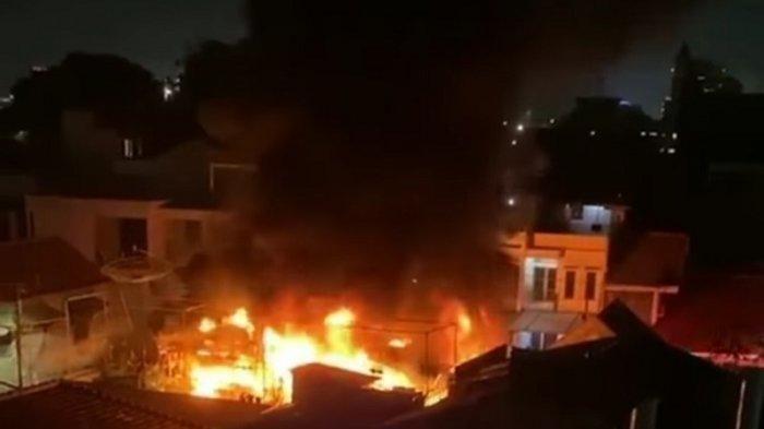 Kebakaran hebat melanda Asrama Mako Brimob, Kelapa Dua, Kota Depok, Jawa Barat, Minggu (20/12/2020) malam.