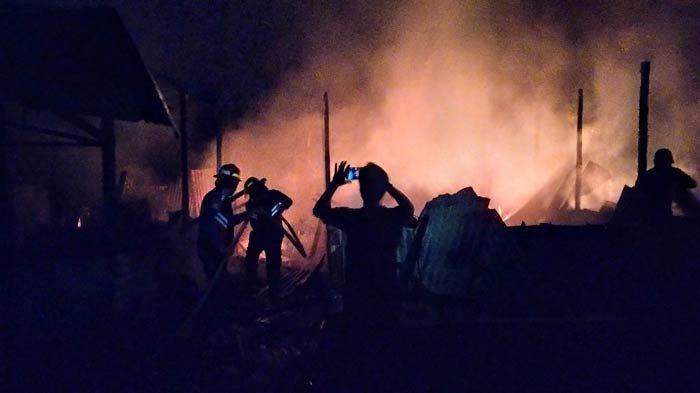 BREAKING NEWS: Terjadi Kebakaran di Aur Gading Sarolangun Hanguskan Delapan Bedeng