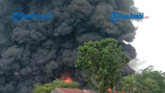 Kebakaran Besar Gudang Minyak di Lingkar Barat Menghanguskan Bangunan dan Beberapa Kendaraan