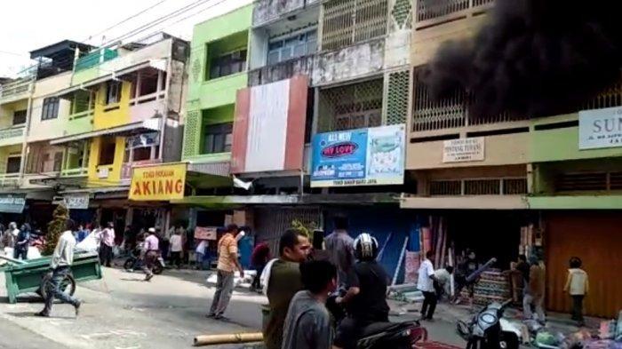 BREAKING NEWS Terjadi Kebakaran Gang Siku Depan Kompleks Pertokoan WTC Batanghari Jambi
