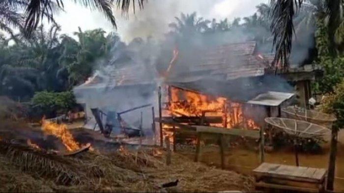 Kebakaran hebat menghanguskan dua unit rumah warga terjadi di Dusun Talang Pamesun, Kecamatan Jujuhan, Kabupaten Bungo
