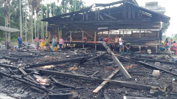 BREAKING NEWS Lagi Rumah-rumah di Sadu Diamuk Si Jago Merah, Kordinasi Terhambat Blank Spot