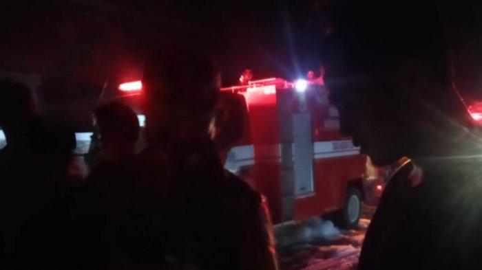 Satu Unit Armada Damkar Kota Jambi Terbalik saat Operasi Pemadaman Kebakaran di Ulu Gedong