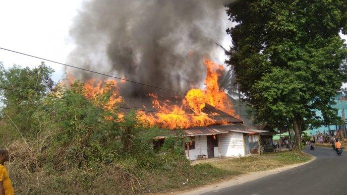 BREAKING NEWS: Warga Terkejut Tiba-tiba Terjadi Kebakaran Bedeng 4 Pintu di Kenali Asam Bawah