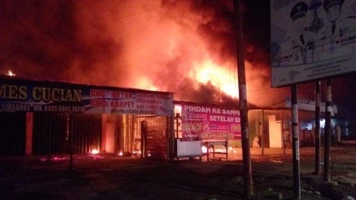 BREAKING NEWS Kebakaran di Kota Baru, 3 Rumah dan 4 Ruko Hangus Terbakar, 4 Petugas Damkar Cidera