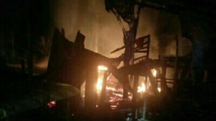 Petugas Kewalahan Memadamkan Api, Rumah Semi Permanen di Desa Pulau Buayo Ludes