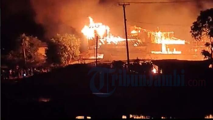 Kebakaran di Desa Sungai Jambat Kecamatan Sadu, Kabupaten Tanjabtim, Senin (7/6/2021)