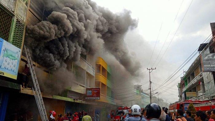 Kebakaran Ruko di Gang Siku, 5 Unit Mobil Pemadam Kebakaran Langsung Dikerahkan Padamkan Api