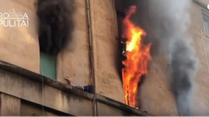 VIDEO: Detik-detik Pria Terjebak Antara Terbakar Atau Jatuh dari Ketingggian, Ditonton Puluhan Ribu