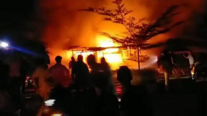 BREAKING NEWS Kebakaran di Rimbo Bujang Hanguskan 5 Kios Milik Pedagang