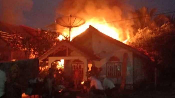 Diduga Karena Listrik Korslet, 2 Rumah di Muko Muko Ludes Terbakar