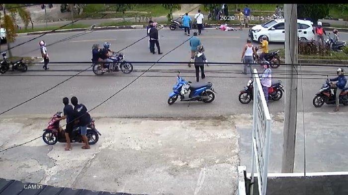 Truk di Bangko Tabrak Pemotor, Kejadian Terekam CCTV