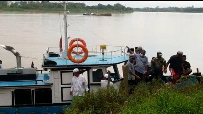 Kegiatan penambangan pasir yang diduga belum memiliki izin di perairan sungai Batanghari di RT 06 Desa Senaung Kecamatan Jaluko Kabupaten Muarojambi kembali beroperasi.