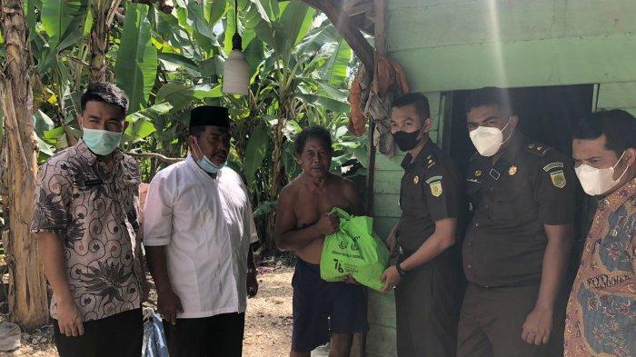 Kejaksaan Negeri Sarolangun peduli kepada masyarakat terdampak Covid-19, memberikan 100 paket bantuan sosial sembako, pada kamis (19/8/2021).