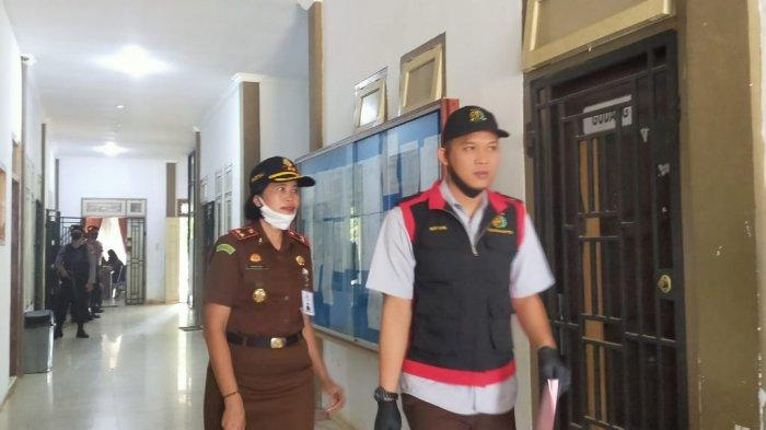 Dua Jam Lebih Geledah Kantor Satpol PP, Kejari Merangin Bawa 30 Dokumen Penting