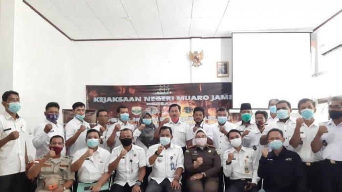 Foto bersama usai Kejari Muaro Jambi sosialisasi pencegahan karhutla 2021.