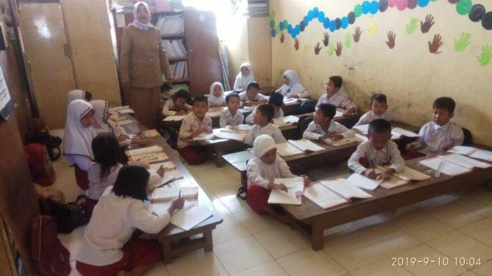 Kekurangan Ruang Belajar, Siswa SDN 104 Muara Tembesi, Batanghari, Rela 3 Tahun Belajar di Lantai