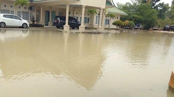 Halaman Kantor Kemenag dan Disdik Muarojambi Kerap Digenangi Banjir Dadakan, Ini Kata Dinas PUPR