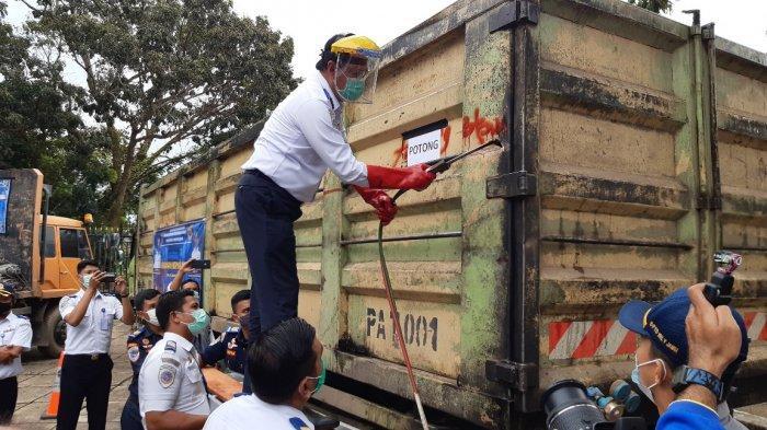 Tidak Main-Main Berantas Kendaraan Odol, Kemenhub Langsung Potong Body Kendaraan di Jambi