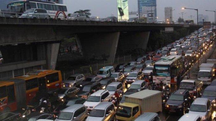 Suasana kemacetan kendaraan bermotor di Kawasan Slipi, Jakarta Pusat.