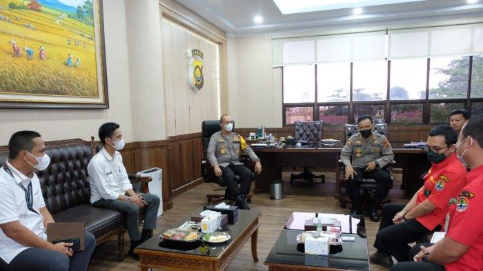 Kepala Balai PPIKHL Wilayah Sumatera beserta rombongan tiba di Mapolda Jambi dan disambut hangat oleh Kapolda Jambi