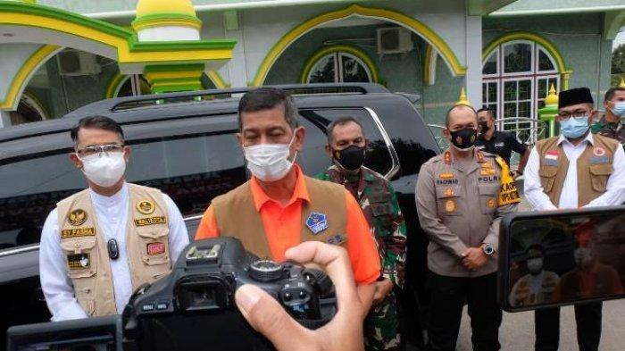 Kepala BNPB Doni Munardo usai melihat penanganan zona merah RT 04 Kelurahan Payo Selincah, Kota Jambi, Jumat (7/5/2021).