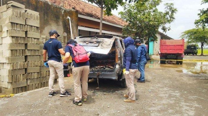 Tim Labfor Polda Jawa Tengah bersama Polres Sukoharjo melakukan olah tempat kejadian perkara (TKP) pada sebuah mobil Daihatsu Xenia dengan nomor polisi AD 1526 EA yang terbakar di Jalan Bekonang-Wonogiri, Sukoharjo, Rabu (21/10/2020). Di dalam mobil, tepatnya di bagian belakang ditemukan jenazah perempuan.
