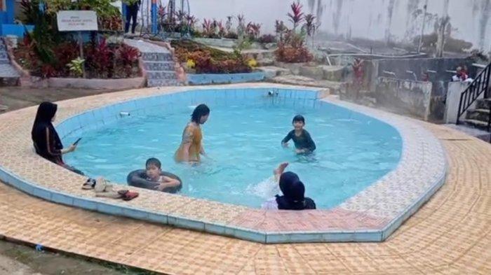 Bersantai Sambil Menikmati Kerennya Pemandian Air Panas di Kerinci Ini