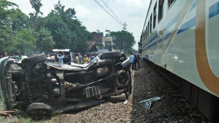 Kecelakaan Maut di Sidoarjo, Mobil Tabrak Kereta Api Yang Sedang Melintas, 4 Orang Penumpang Tewas