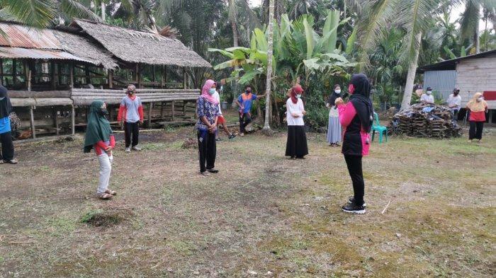 Ketua Bhayangkari Polres Tanjabbar Beri Semangat & Edukasi Trauma Healing Warga Isoman di Jati Emas