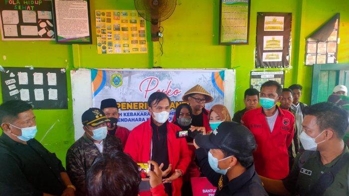 Ketua DPRD Provinsi Jambi Edi Purwanto bersama Badan Penanggulangan Bencana (Baguna) PDI Perjuangan menyambangi korban kebakaran di Mendahara Tengah, Tanjung Jabung Timur, Sabtu (12/6/2021).