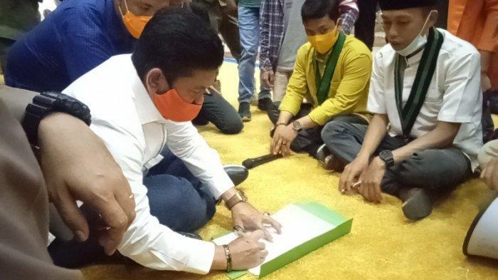 Temui Massa Aksi Tolak UU Omnibus Law, Ketua DPRD Sarolangun Mendukung dan Tangani Kesepakatan