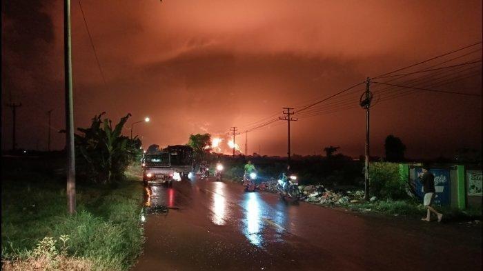 UPDATE Kilang Balongan Terbakar, Api Masih Menyalah dan Bau Sangit Gas Semakin Tercium Malam Ini