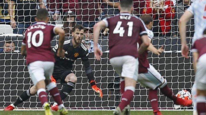 Kiper Manchester United, David de Gea gagalkan tendangan penalti kapten West Ham dalam laga di Liga Inggris.