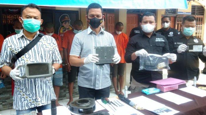 Dirreskrimum Polda Jambi, Kombes Pol Kaswandi Irwan menunjukan alat bukti pencurian komponen alat berat.