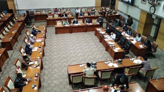 Komisi III gelar rapat dengar pendapat umum dengan keluarga korban penembakan polisi terhadap laskar FPI di ruang Komisi III, komplek Parlemen, Jakarta, Kamis (10/12/2020). Dalam rapat tersebut DPR mempertanyakan keberadaan Rizieq Shihab, namun tak terjawab.