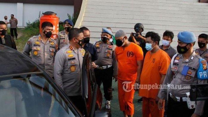 Kompol YC Hanya Tertunduk Lesu Saat Diinterogasi Kapolda Riau, Ditangkap Karena Nyabu Dalam Mobil