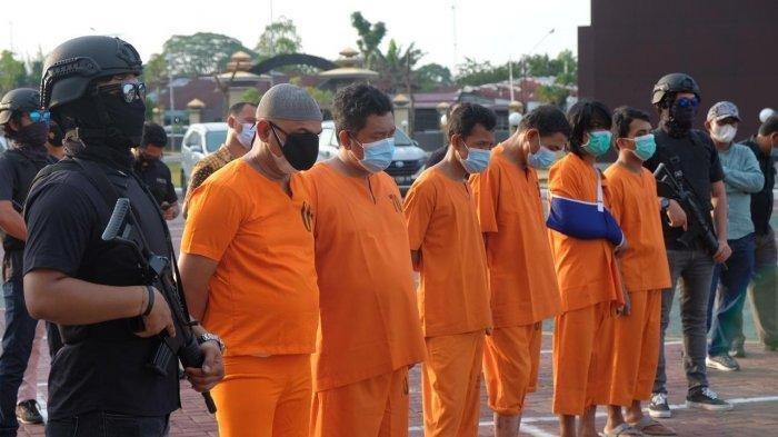 Ekspose penangkapan 18 kilogram sabu oleh Direktorat Resnarkoba Polda Riau di Jalan Pattimura Pekanbaru, Selasa (6/4/2021) sore. Kompol YC juga dihadirkan dalam konferensi pers tersebut.