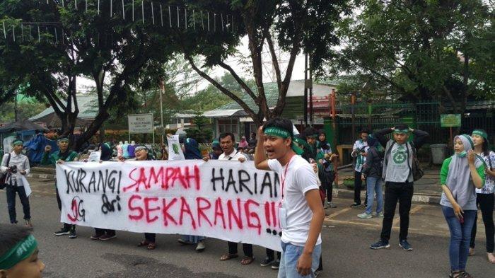 Bagi-bagi Kantung Belanja Gratis Dari Komunitas Greeneration Peringati Hari Peduli Sampah Nasional