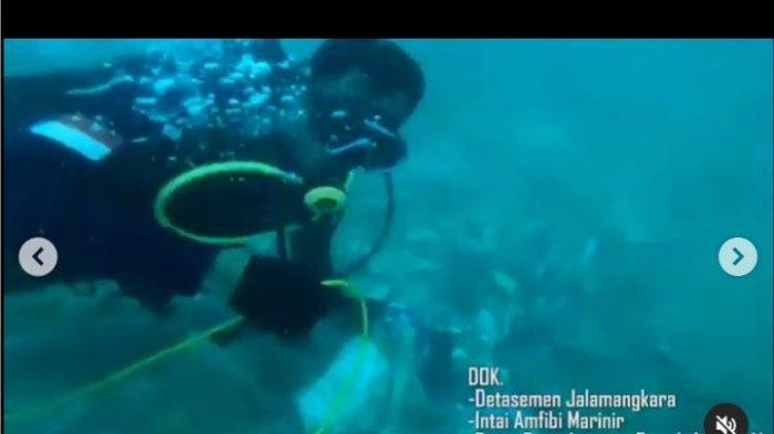 Kondisi bawah laut dari hasil rekaman tim penyelam Kopaska dalam pencarian pesawat Sriwijaya Air yang jatuh