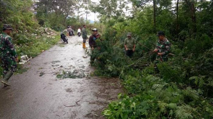 Kondisi Jalan Mulai Bersemak, Warga RKE Goro Bersama TNI Bersihkan Kiri Kanan Jalan